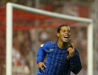 Ronaldinho strzelił jedną z bramek dla Barcy w meczu w Sewilli /AFP