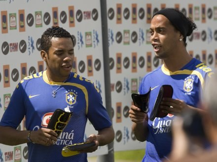 Ronaldinho w Man City grałby z Robinho /AFP