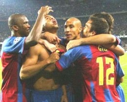 Ronaldinho w objęciach kolegów z zespołu. Barca-Milan 2:1 /AFP
