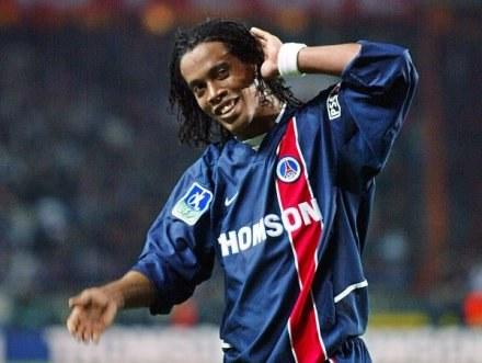 Ronaldinho z PSG miał trafić do MU, ale Barcelona okazała się szybsza /AFP