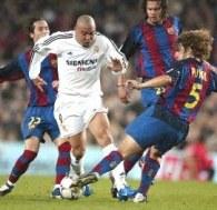 Ronaldo mija Puyola. Barcelona-Real 1:2 (jesień 2003) /AFP