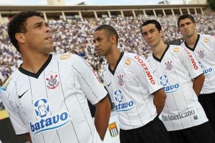 Ronaldo (z lewej) wraca do wielkiej piłki? /AFP