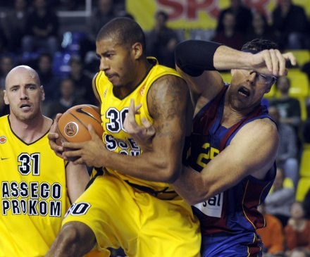 Ronnie Burrell (żółta koszulka, Prokom) kontra Daniel Santiago /AFP