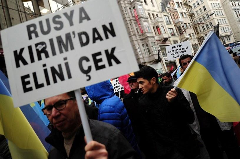 """""""Rosja, ręce precz od Krymu"""", zdjęcie zrobione w grudniu 2014 r. w czasie antyrosyjskiej manifestacji w Turcji, zdj. ilustracyjne /OZAN KOSE /East News"""