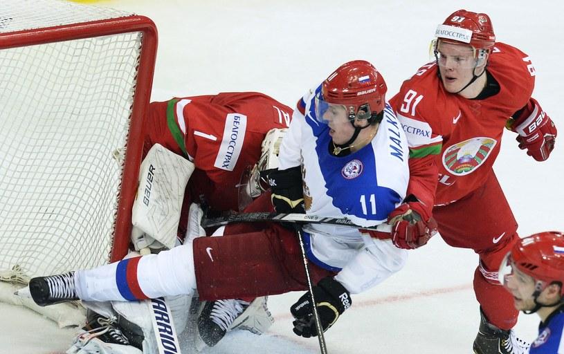 Rosjanin Jewgienij Małkin zderzył się z białoruskim bramkarzem Witalijem Kowalem /AFP