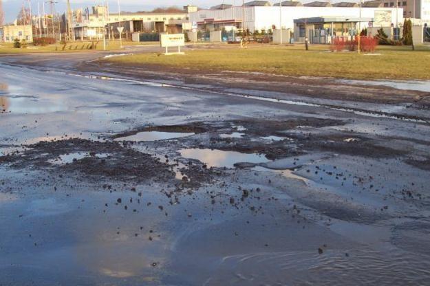 Rośnie liczba skarg na uszkodzone przez dziury samochody /INTERIA.PL