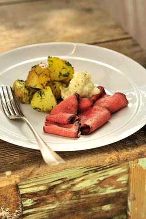 Rostbef z ziemniakami w ziołach i sosem rémoulade /© Piotr Bolko / madeinbrain.com /Wydawnictwo Znak