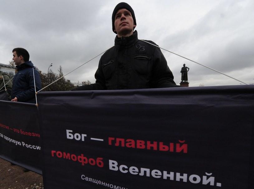 Rosyjscy aktywiści z homofobicznymi transparentami /AFP