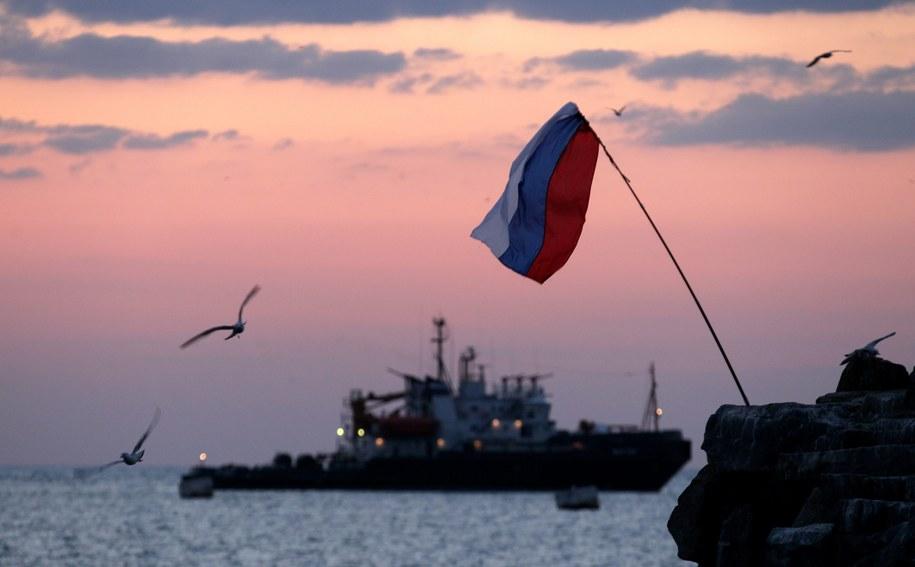 Rosyjska flaga powiewa nad Sewastopolem /ZURAB KURTSIKIDZE /PAP/EPA