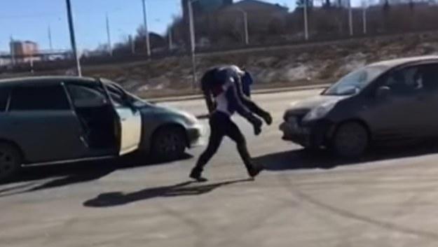 Rosyjska siłaczka z dziecinną łatwością podniosła mężczyznę i wrzuciła do bagażnika /