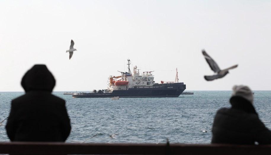 Rosyjski okręt blokuje wejście do portu w Sewastopolu /ZURAB KURTSIKIDZE /PAP/EPA