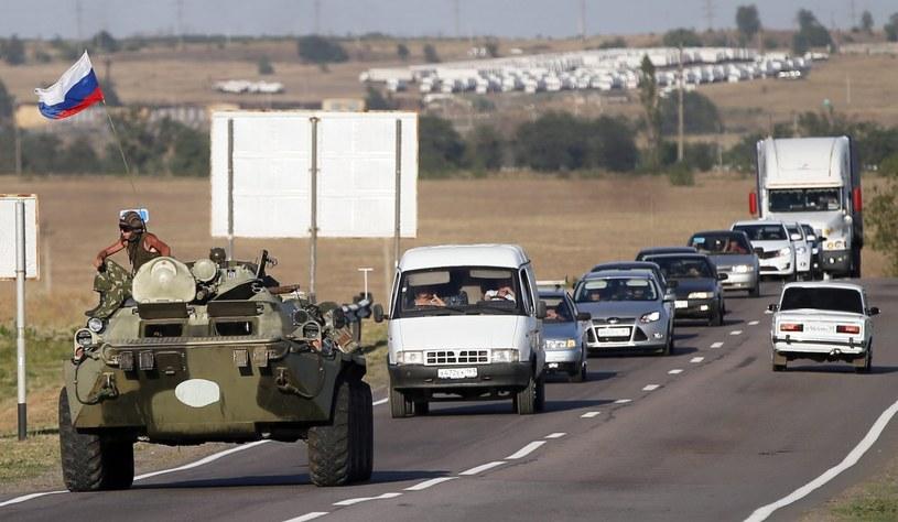 """Rosyjskie pojazdy opancerzone w okolicach przygranicznej miejscowości Kamieńsk Szachtyński w Rosji, w której zatrzymał się konwój """"humanitarny"""" /PAP/EPA"""