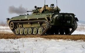 Rosyjskie transportery BMP-2 na poligonie