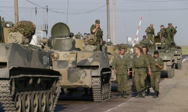 Rosyjskie transportery opancerzone w pobliżu konwoju humanitarnego