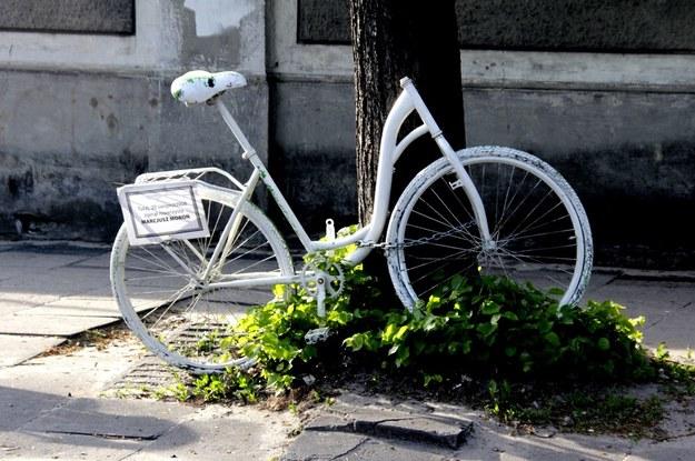 Rower-duch. Pomalowano na biało rowery upamiętaniją ofiary wypadków /Leszek Susek /Reporter
