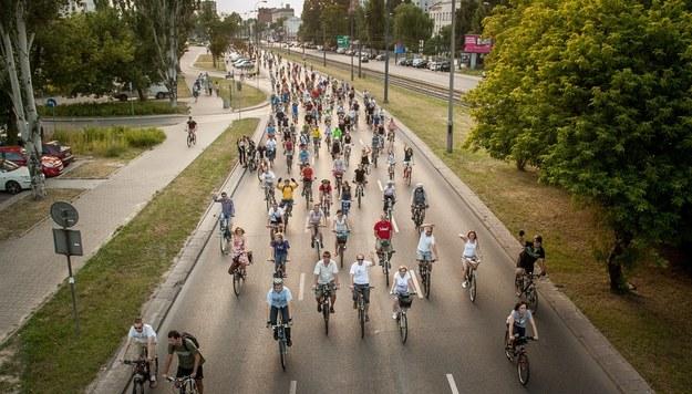 Rowerzyści blokują ruch w miastach, urządzając masowe demonstracje na rzecz budowy ścieżek rowerowych /fot. Bartosz Krupa /East News