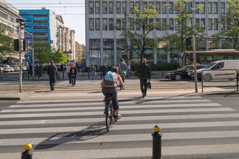 Rowerzyści nagminnie łamię przepisy, jeżdżą po chodnikach i przejściach (fot. ilustracyjne) /Arkadiusz Ziółek /East News
