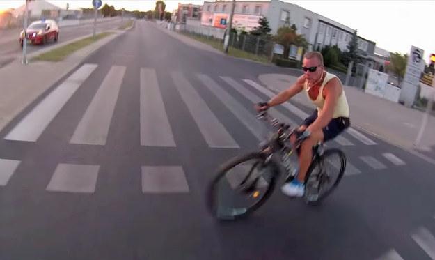 Rowerzysta nie zauważył czerwonego światła, ani nadjeżdżającego motocyklisty /