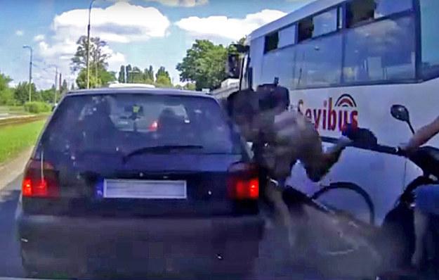 Rowerzysta tak szybko jechał przeciskając się przez korek, że nie zdążył zahamować przed stojącym między autami skuterem i wpadł na Golfa. Natychmiast uciekł /