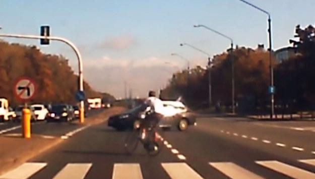 Rowerzysta urządził prawdziwe przedstawienie na skrzyżowaniu /