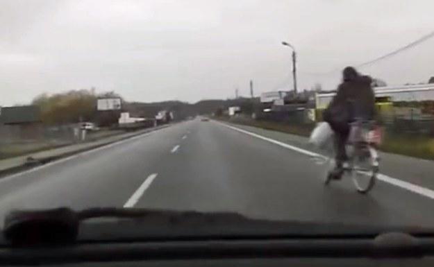 Rowerzysta wyjechał kierowcy prosto pod koła /
