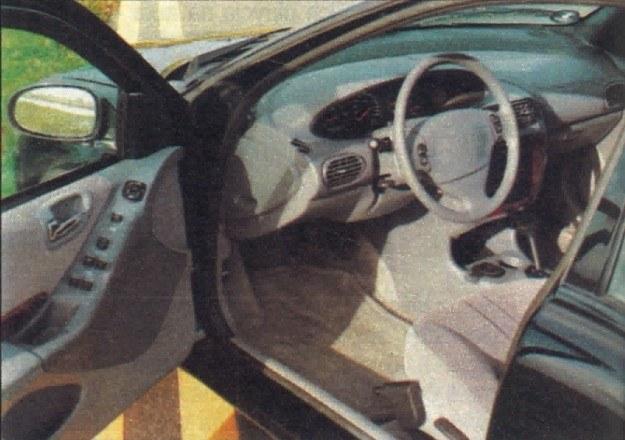 Również stylizacja wnętrza jest udana, ale niektóre części plastikowe pachną trochę tandetą. Ciekawie rozwiązano popielniczkę. Została ona wstawiona w jedną z wnęk przeznaczonych na puszki z napojem. Kierownica i fotel mają regulację wysokości. W oparciu zastosowano 4-stopniowy mechanizm zmiany profilu. /Motor