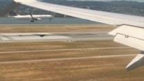 Równoległe lądowanie dwóch samolotów sfilmowane z kabiny