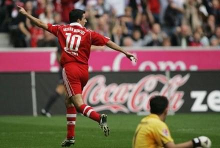 Roy Makaay celebruje pierwszego gola. Bayern-Eintracht 2:0 /AFP