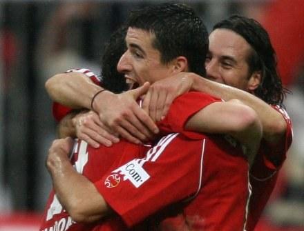 Roy Makaay w objęciach kolegów. Bayern-VfB 2:1 /AFP