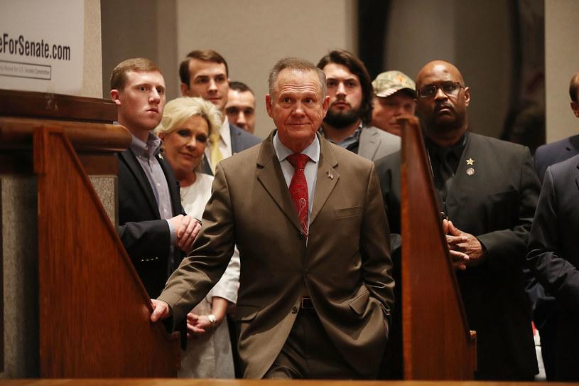 Roy Moore (w środku) po tym, jak poznał wyniki wyborów /AFP
