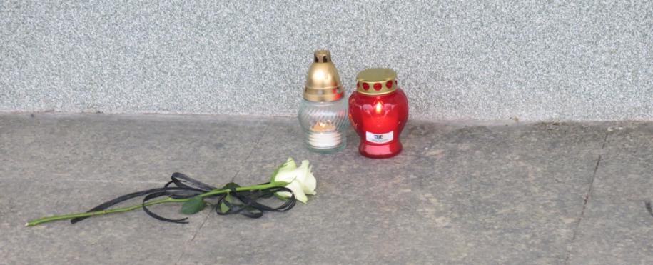 Róża i znicze przed wejściem do budynku UTP w Bydgoszczy /Józef Polewka /RMF FM