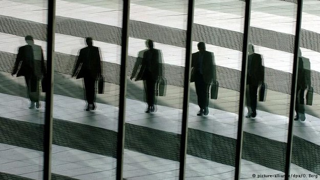 Rozbieżność w zarobkach, występująca między dyrekcją a pracownikami w niemieckich koncernach, wciąż się zwiększa /Deutsche Welle