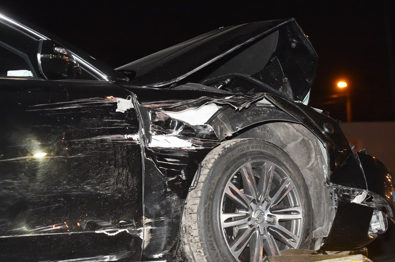Rozbity samochód rządowy odwożony na lawecie /Jacek Bednarczyk /PAP