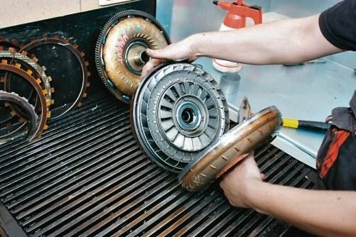Rozcięcie obudowy konwertera na tokarce umożliwia dostęp do wnętrza i weryfikację stanu urządzenia. /Motor