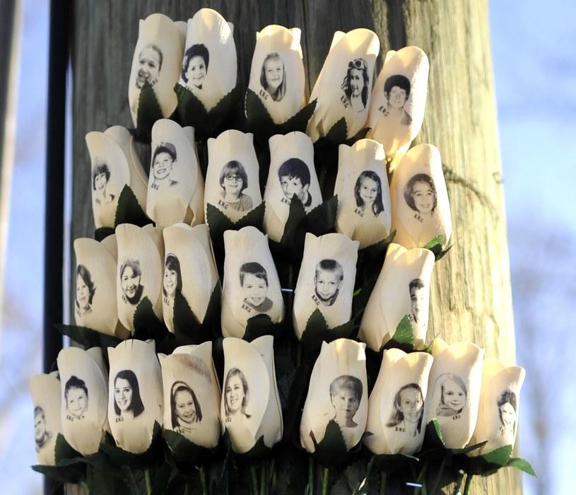 Róże z wizerunkami dzieci zastrzelonych przez szaleńca rok temu w Newtown /TIMOTHY A. CLARY /AFP