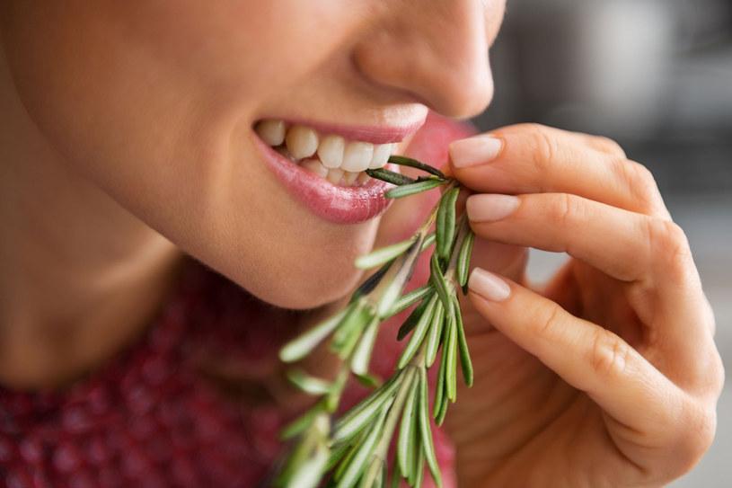 Rozmaryn posiada mocny, korzenno-żywiczny zapach i gorzkawy, lekko piekący smak. Dzięki niemu lepiej smakują rozmaite mięsa, wędliny, ryby, ale też jarzyny, ryż i sałatki /©123RF/PICSEL