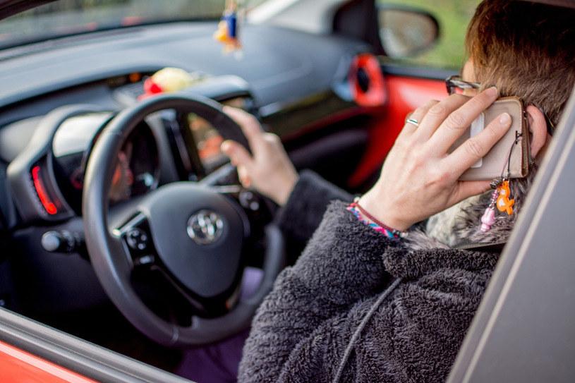 Rozmawianie przez telefon podczas jazdy znacząco pogarsza nasze możliwości reakcji na sytuację na drodze /Reporter
