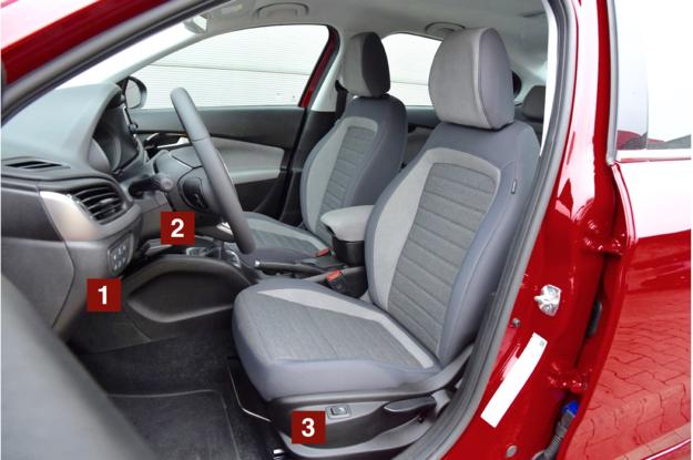 Rozmiary i wyprofilowanie foteli są wystarczające, ale zakres regulacji zagłówków okazuje się nieco za mały. /Motor