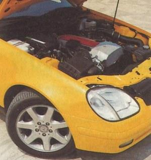 Rozmieszczenie zespołów napędowych, zawieszenie i układ kierowniczy przejęto z Mercedesa C, a hamulce z modelu E. Pokrywa wałków rozrządu została wykonana ze stopu magnezu. Z przodu mamy koła z ogumieniem 205/55x16, z tyłu szersze - 225/50x16. /Motor
