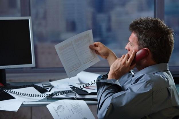 Rozmowa kwalifikacyjna przez telefon zapewnia osobie rekrutującej weryfikację kompetencji kandydata /123RF/PICSEL