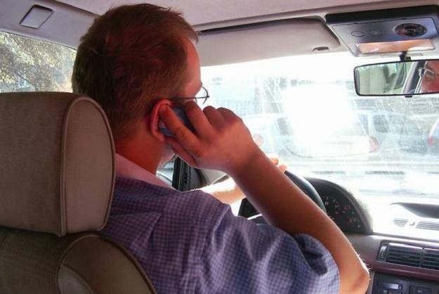 Rozmowa przez telefon podczas jazdy jest bardzo niebezpieczna /