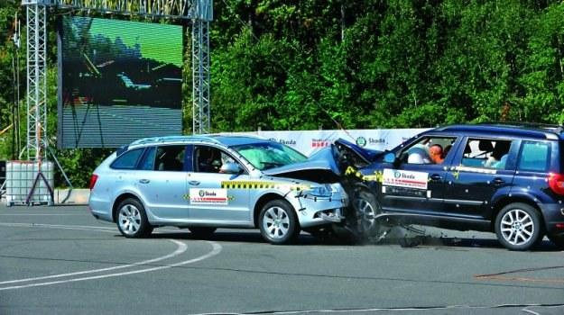 Różnica wielkości powoduje, że duże auto lepiej zniesie kolizję z małym, nawet jeżeli oba mają po pięć gwiazdek w testach zderzeniowych. /Motor