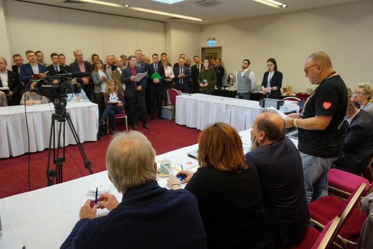 Rozpoczęcie konkursu ofert - na sali zebrali się wszyscy oferenci urządzeń /wosp.org.pl