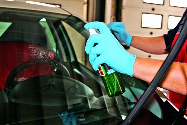 Rozprowadzanie nanocząsteczek na szkle trwa ok. 5 min. /Motor