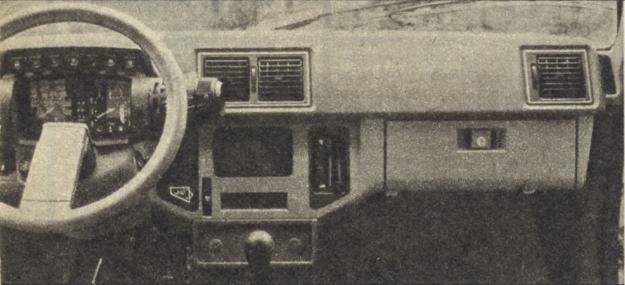 """Rozwiązania tablicy typowe dla Citroena. Po obu stronach kierownicy """"satelity"""", skupiające wszystkie niemal przełączniki i wyłączniki. /Motor"""