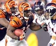 Rudi Johnson przedziera się przez obronę Broncos /AFP