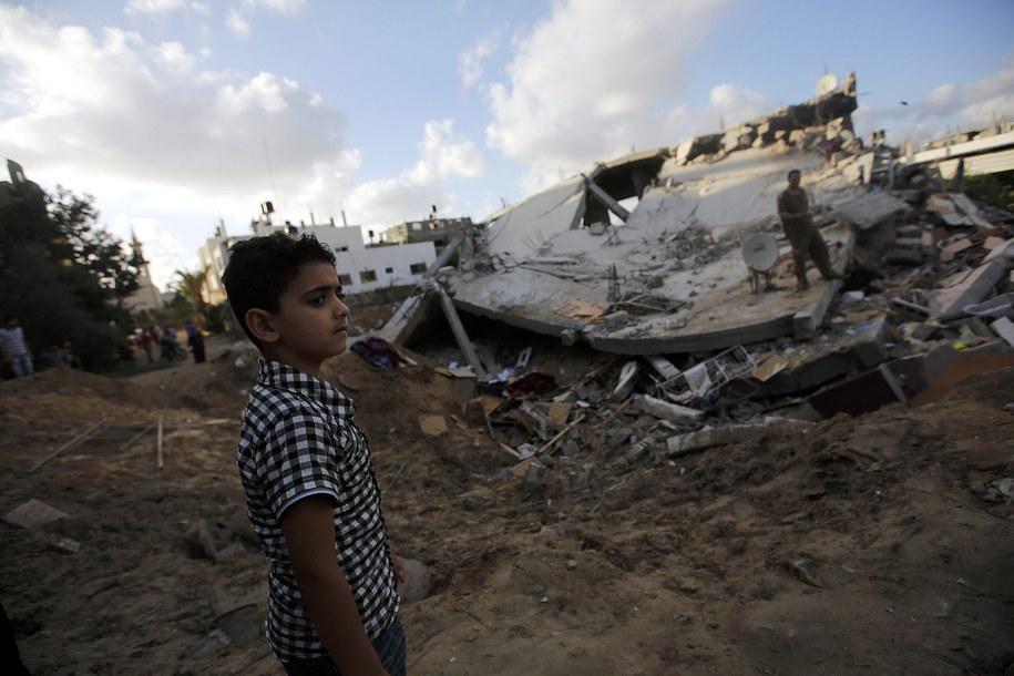 Ruiny domu zniszczonego w izraelskim nalocie na północy Strefy Gazy /MOHAMMED SABER  /PAP/EPA