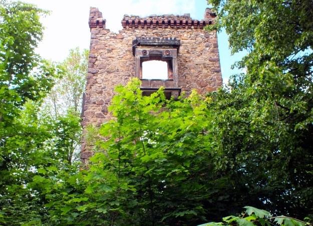 Ruiny Wieży Waldecka, gdzie eksponowano niegdyś część kolekcji właścicieli /Odkrywca