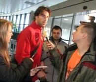 Ruud van Nistelrooy odpowiada na pytania dziennikarzy na lotnisku w Pradze /AFP