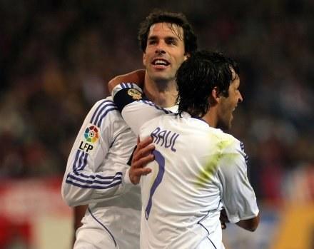 Ruud van Nistelrooy w objęciach Raula. Atletico-Real 0:2 /AFP